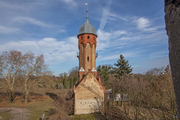 Historischer Gutshof Schloss Dahlewitz. Der Wasserturm von oben.
