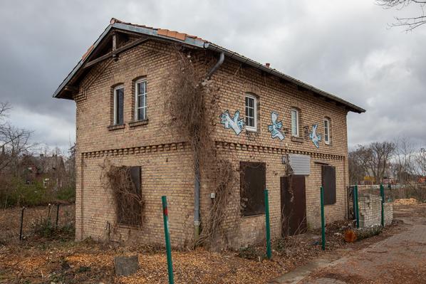 Die Königliche Militär-Eisenbahn. Das Aufenthaltsgebäude für das Streckenpersonal in Marienfelde.