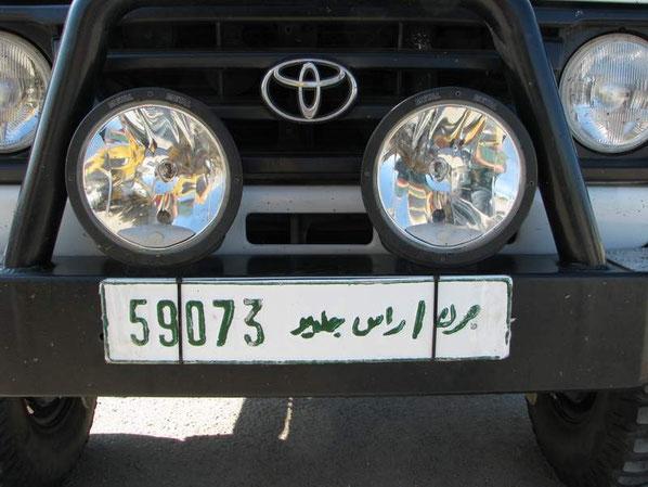 Endlich hatten wir unsere libyschen Nummernschilder.