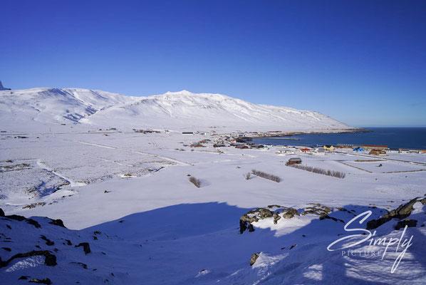 Island, sicht vom Elfenfelsen auf das kleine Dorf Borgarfjörður