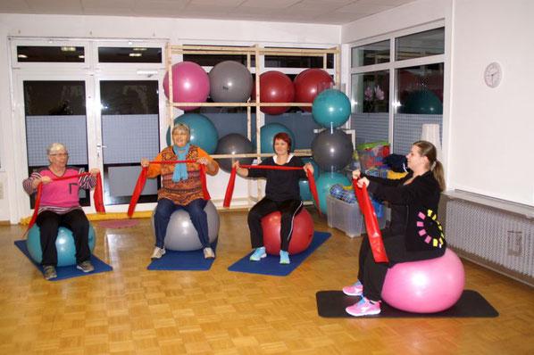 Trotz der Anstrengung haben die Teilnehmer Spaß und auch ein Lächeln auf den Lippen. Ursula Ritzert (von links), Erika Bender, Silke Haupt und Kursleiterin Miriam Rühl