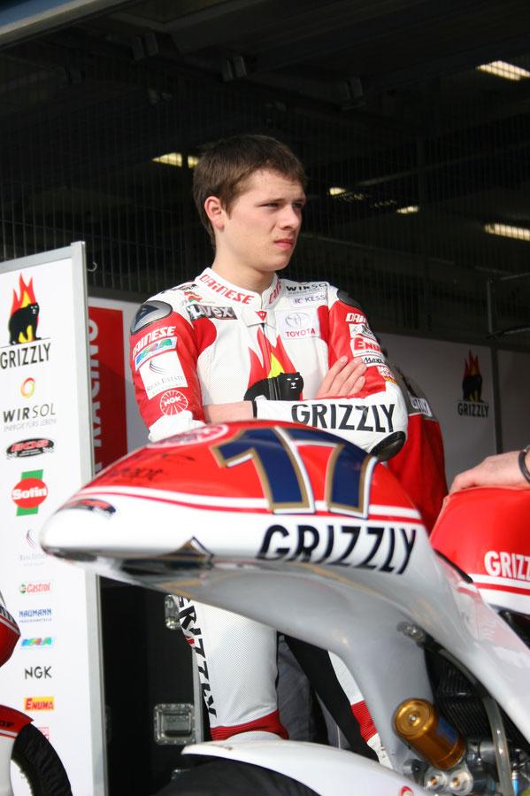 2008 in Estoril. Stefan Bradl auf seiner Aprilia in der 125er Klasse. Seine erfolgreichste Saison übrigens in dieser Rennserie mit Gesamtplatz vier.
