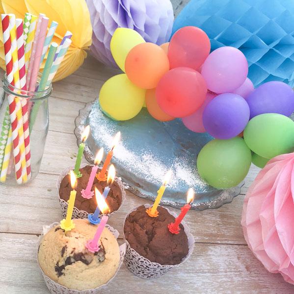 Regenbogen Kuchendeko aus Luftballons