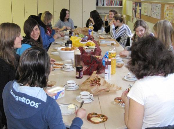 Die Teilnehmerinnen beim gemeinsamen Frühstück