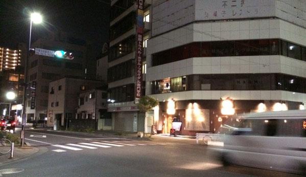 京成千葉駅の近くにある交差点の夜の風景