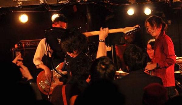 新大久保earthdomにて開催された藤原 遼介の200人ワンマンライブでのギタリスト