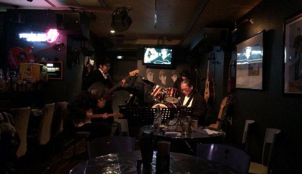 千葉県にあるライブバー、エイトビートでセッションをしている人達