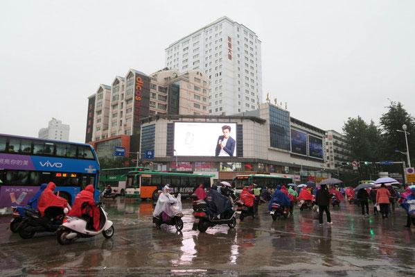 L'armée de fantômes sur leurs scooters... c'est à peu près tout ce que nous avons vu de Kunming