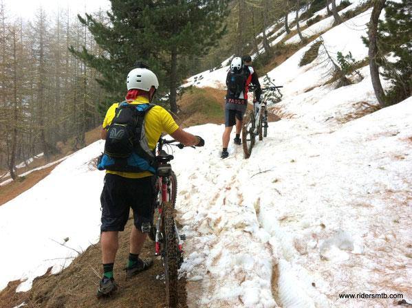 a pochi metri di distanza dal colle troviamo ancora cumuli di neve e fa pure freddo....di comune accordo cambiamo direzione è pieghiamo verso Montagne SEU