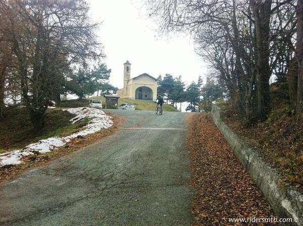 brevissimo tratto di asfalto per innestarci nuovamente al sentiero che ha inizio proprio  dietro la chiesa di Prarotto