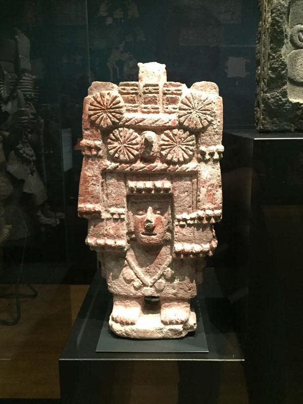 Erd- und Maisgöttin Chicomecóatl aus Stein, aztekisch