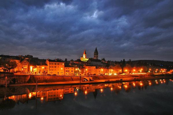 Tournus en Bourgogne la nuit.