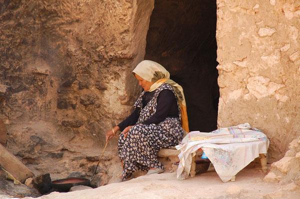 Tunisienne préparant le repas.