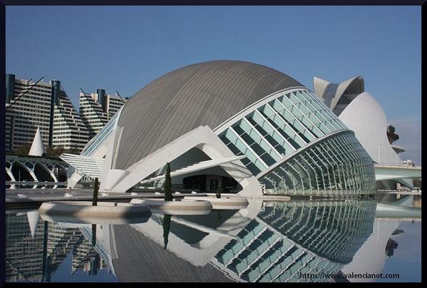 Los edificios de la Ciudad de Las Artes y de las Ciencias, fueron diseñados por Santiago Calatrava y Félix Candela, junto con los ingenieros Alberto Domingo y Carlos Lázaro.