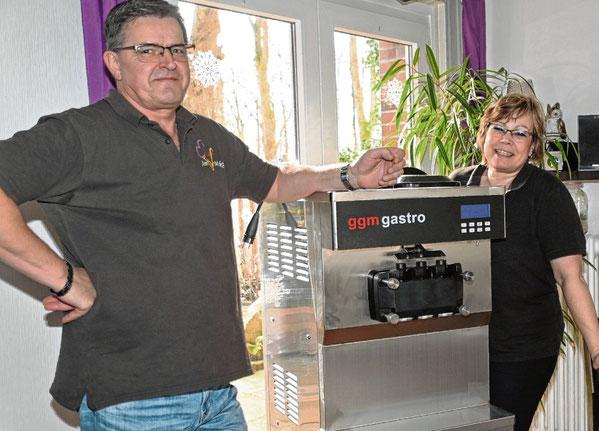 Frisch ausgepackt: Die neue Softeismaschine von Britta und Ralf Rettig ist angekommen.