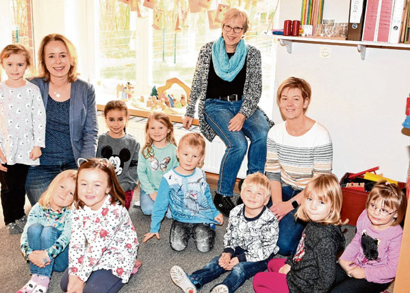 Kita-Leiterin Carmen Prüß-Brandt mit ihren Stellvertreterinnen Ulrike Maaß und Kerstin Sperling (v.l.) und einigen ihrer Schützlinge.