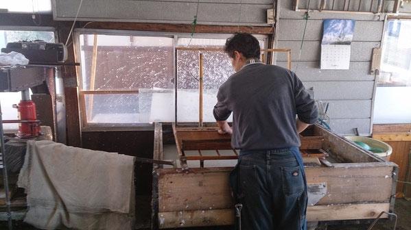 「流し漉き」は日本古来の高度な技術