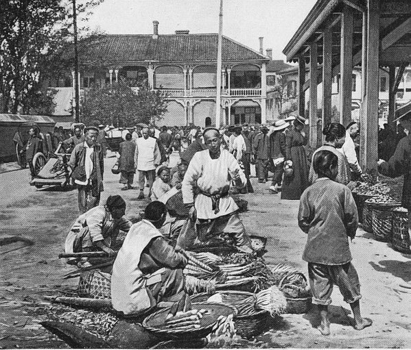Place du marché à Changhaï, Place du marché. (Photo Labarthe, Le Tour du Monde, 1908).