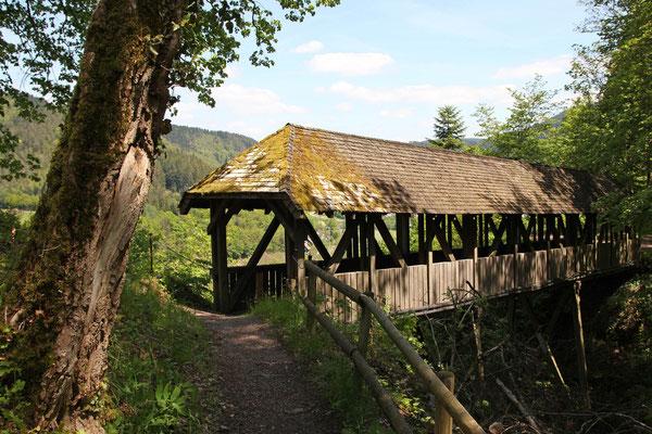 Holzbrücke über den Burggraben