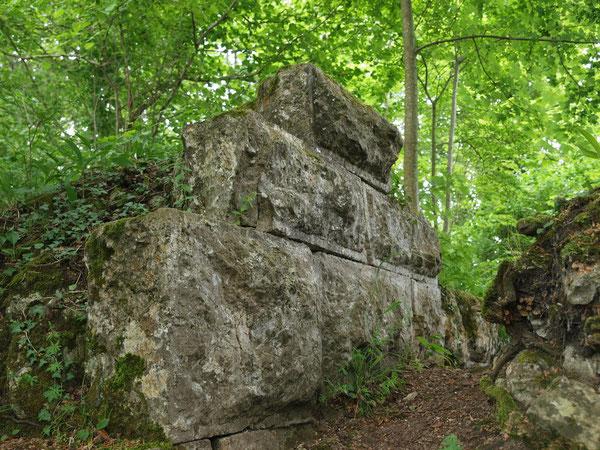 Reste der ehemaligen (vermuteten) Schildmauer / Obdf.-Aistaig