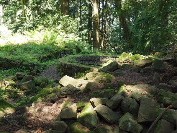 Steinhaufen am Burgbrunnen, Ruine Willenburg / Schiltach