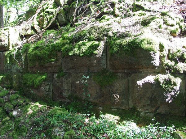 Mauer mit Buckelquadern