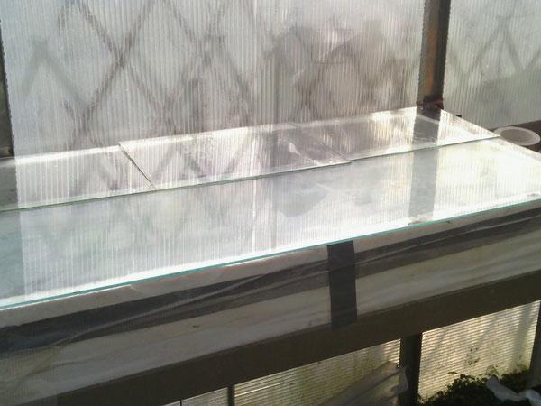 Plaque de verre pour augmenter l'effet de serre et donc la température le jour, limite les fuites de chaleurs provenant du câble chauffant la nuit pour une température entre 10°C et 20°C durant les nu