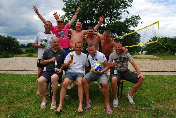 """Gewinner des Volleyballturniers beim Sommerfest 2014, die Mannschaft der """"alten"""" Herren"""
