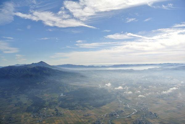 高度1300mから磐梯山、猪苗代湖を臨む。