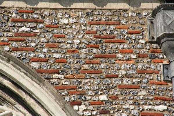 フリントンストーンとレンガの入り交じった大聖堂の壁