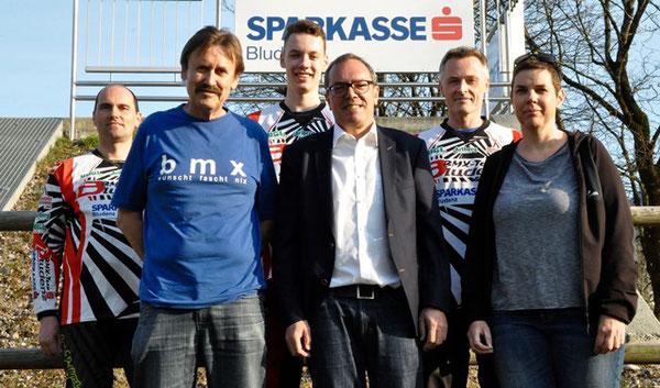 BMX-Vorstandsmitglieder u. Trainer mit Marketingleiter Arno Sprenger (Sparkasse)
