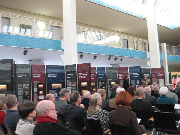 Gut besucht: Die Ausstelungseröffnung im Wolfsburger Rathaus