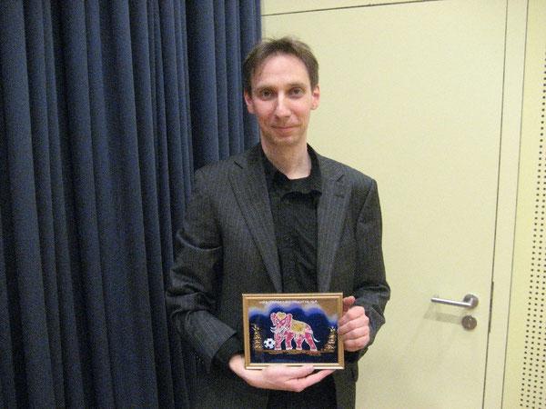 Karl Gröpler mit einem handgemalten Glasbild als Dankeschön für die Unterstützung der Westhagener Pausenliga