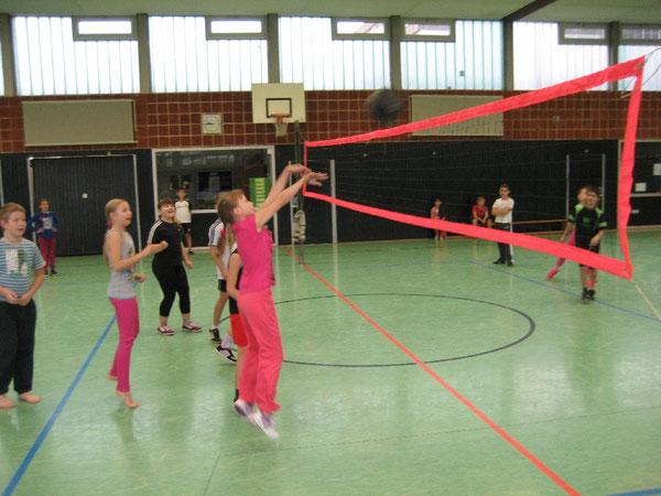 Vorbildlich: Mädchen pritschen den Ball ins Spielfeld