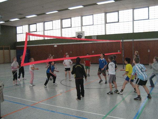 Die Schülerinnen und Schüler machen sich mit und ohne Ball warm