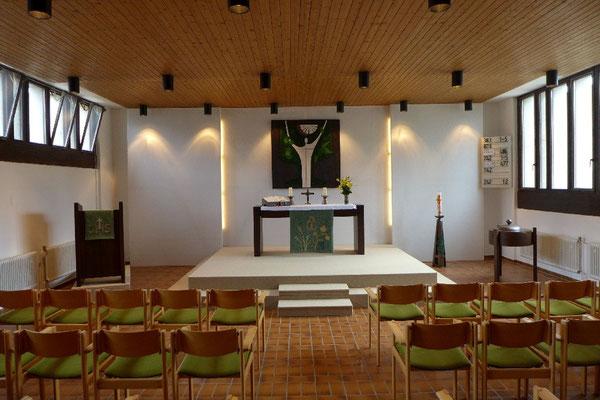 Der Altarteil der St. Michaelskirche in Westhagen. Das Altarbild zeigt den auferstandenen Christus, der mit erhobenen Händen die Gemeinde segnet.