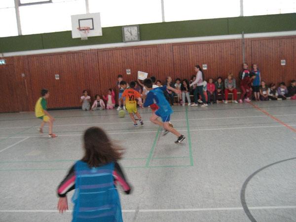 Wie in Brasilien: die Kinder kicken den Ball durch die Halle.