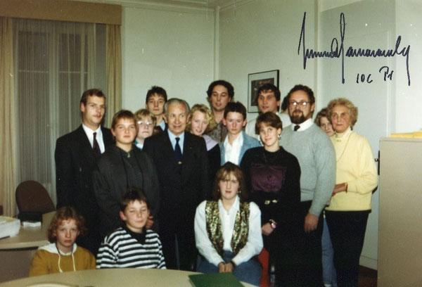 IOC-Präsident Juan Antonio Samaranch (Fünfter von links stehend) mit den jugendlichen Paddlerinnen und jugendliche Paddlern