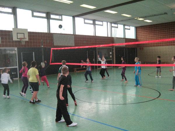 Die Volleyballblase in der Luft: Beide Mannschaften setzen sich vorbildlich ein