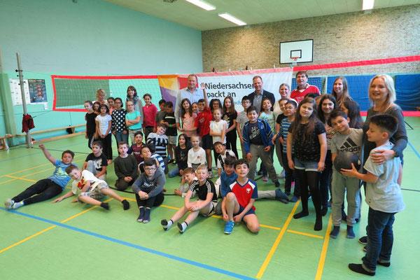 Reiner Sonntag bei der Volleyball-Pausenliga an der Wolfsburger Wohltberg-Grundschule