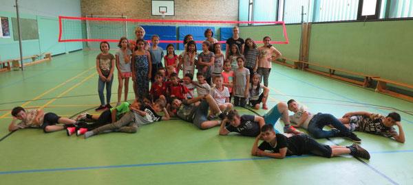 Die Klassen 3b mit der Klasse 4a und Silvia Mohnke von der Wohltberg-Grundschule mit Petra Vogel vom KreissportBund Gifhorn und Anna Wittrin vom StadtsportBund Wolfsburg