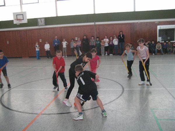Spielerinnen, Spieler und Zuschauer hatten riesigen Spaß beim Hallenhockey