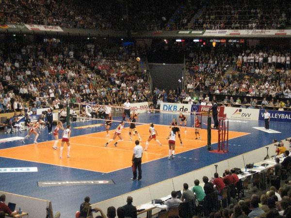 Super Stimmung in der Max-Schmeling-Halle in Berlin bei den Volleyball-Finalspielen