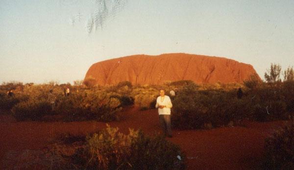 Charlotte Wille vor dem Symbol Australiens - dem Ayers Rock