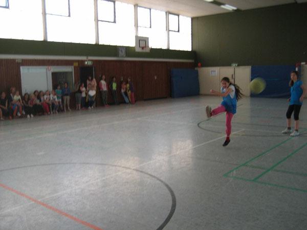 Fatima Beluli kickt den den Ball
