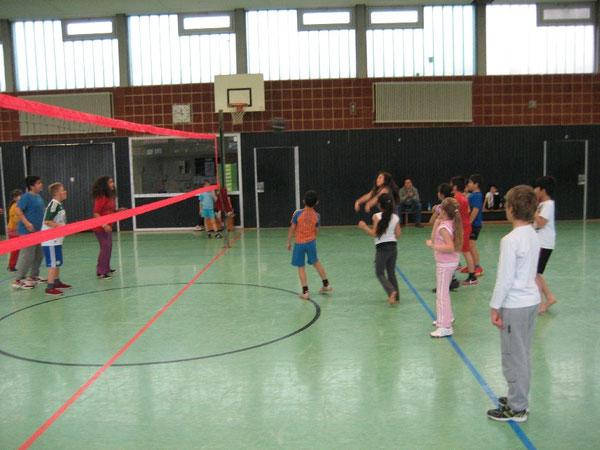Die Volleyballblase wird über das Netz gepritscht