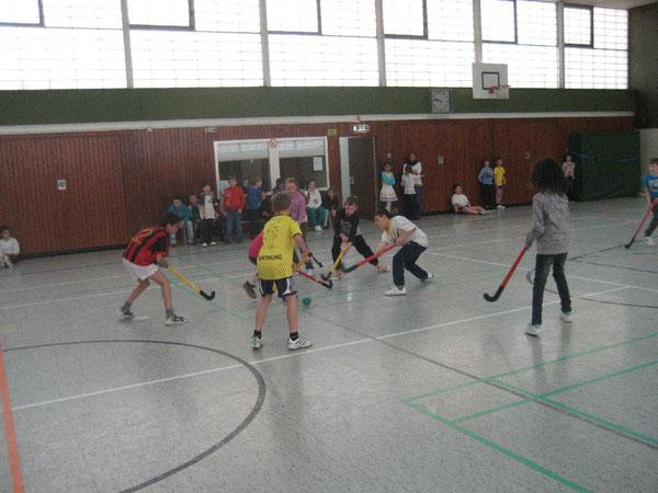 Immer den Plastikschläger tief halten: Spaß steht im Vorderfgrund bei den Spielen der Hockey-Pausenliga