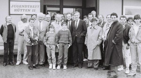 Viel Prominenz war beim Gespräch mit jungen Menschen im Westhagener Jugendtreff Hütten mit dabei.  8.  von links: Dr. Horst Waffenschmidt im hellen Mantel