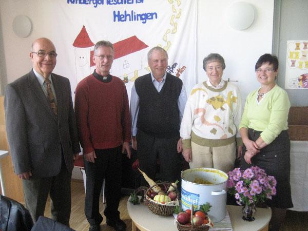 Pastor mit helfenden Händen: Peter Placke (Zweiter von links) mit dem Kochteam von links Günther Hartwig, Robert Fischer, Ida Fischer und Jutta Hartwig