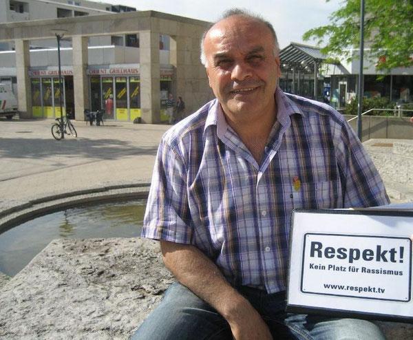 """Ömer Köskeroglu wirbt für die Aktion """"Respekt - Kein Platz für Rassismus"""" in Westhagen"""
